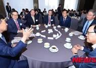 임종률 금융위원장 및 참석 내빈들과 대화하는 김현호 사장