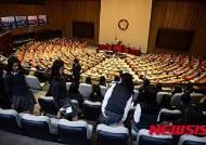여야 역사 전쟁에 '예산심의' 위태위태
