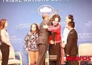 '오바마의 힘' 워싱턴 레드스킨스 이름 바꿀까…원주민 학생과 포옹하는 오바마