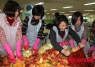 천안백석초, 학부모 봉사단과 '사랑의 김장'