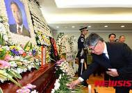 [YS 서거] 헌화하는 김중수 전 한국은행 총재