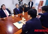 논의하는 새정치연합 비주류 의원들