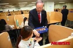 공부중인 학생들 격려하는 한남대 김형태 총장