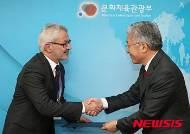 신임 국립현대미술관장과 악수하는 김종덕 장관