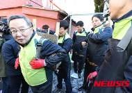 연탄 배달하는 이재영 사장