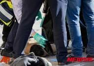 팔레스타인 가해자의 시신 확인 중인 이스라엘 경관