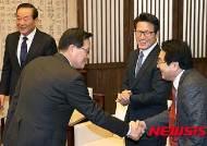 여당 중진 의원들과 인사하는 국회의장
