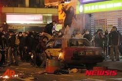 택시 지붕 위에 선 홍콩 시위대