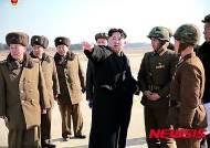 대전차유도무기 현지시찰 하는 北 김정은 국방위원회 제1위원장