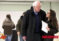 """투표 마친 샌더스 """"투표율 높다면 좋은 결과 확신"""""""