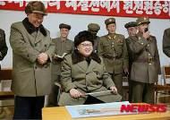 """北 김정은, 고출력 로켓엔진 분출시험 참관 """"軍力 비상히 높여"""""""