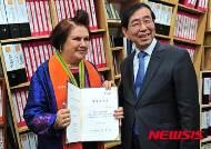 세계 패션계의 거장 수지 멘키스 서울시 명예시민