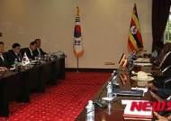 정상회담하는 박근혜-무세베니 대통령