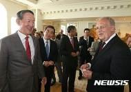 환담 나누는 슈나이더-아만 대통령과 허창수 회장