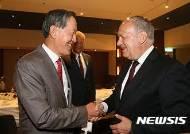 슈나이더-아만 대통령과 악수하는 허창수 회장