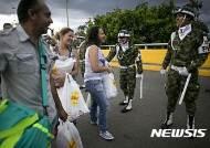 """""""콜롬비아, 고마워요"""" 생필품 산 베네수엘라 여성들"""