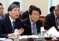 [2016국감]의원들 질의에 답하는 박효종 방송통신심의위원장