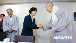 종교계 지도자들과 인사 나누는 추미애 대표