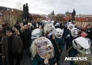 체코 벨벳 혁명 27주년 자축하는 '괴물들'