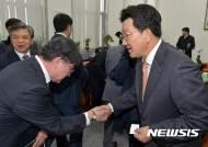 법학전문대학원장단과 악수하는 권성동 법사위원장
