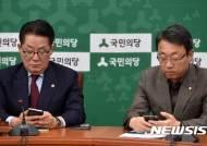 속보 확인하는 국민의당 박지원-김성식