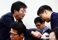 김세연 의원과 인사 나누는 유승민 의원