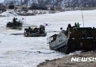 얼음깨고 전진하는 K200 장갑차