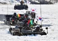 '얼음 헤치는 K200 장갑차'