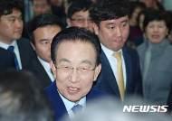 용포럼 창립대회 행사장으로 들어서는 김관용
