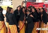 에어 인디아 여성 승무원들 세계 일주 비행 성공