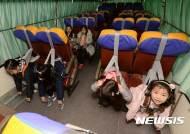버스 안전벨트 중요성 체험하는 어린이들