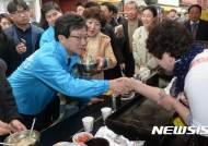 홍준표, 劉 떠난지 하루만에 서문시장행…보수적자 경쟁