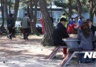 북한 사람들 보며 걷는 남한 시민들