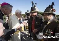 """""""맥주 원샷"""" 베네딕토 16세 전 교황 90세 생일잔치"""