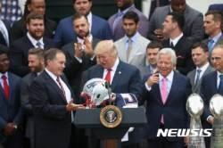 슈퍼볼 우승팀 헬멧 받는 트럼프