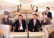 새로 도입된 A350 시설 설명 듣는 박삼구회장과 김수천 사장