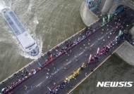타워브리지 건너는 런던 마라톤대회 참가자들