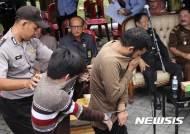 공개처형 장소로 향하는 인도네시아 동성애자 남성