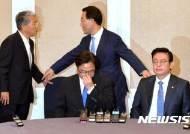 """與 """"한국당 발목잡기, 구태의연""""···野 """"민주당이 경색 풀어야"""""""