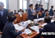 추경 예산안 소위원회 회의장 나서는 김도읍-김광림