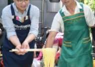 염태영 수원시장, 복달임 행사서 택시노동자에게 콩국수 배식