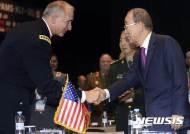 인사 나누는 반기문 전 총장-브라운 미 태평양육군사령관