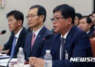 답변하는 김재홍 대한무역투자진흥공사 사장
