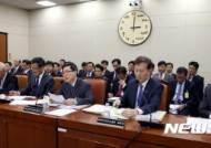 답변하는 윤종록 정보통신산업진흥원장