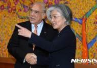 카메라 위치 알려주는 강경화 외교부 장관