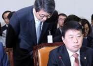 인사하는 김지형 신고리 5.6호기 공론화위원회 위원장