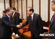 김이수 헌재소장 권한대행과 인사하는 문 대통령