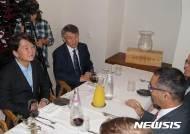 길라드 코헨 이스라엘 외교부 차관보와 대화하는 안철수 대표