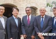 이스라엘 외교부 차관보와 기념촬영하는 안철수