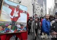 美 맨해튼 대성당 앞에 놓인 '십자가에 못박힌 산타' 논란